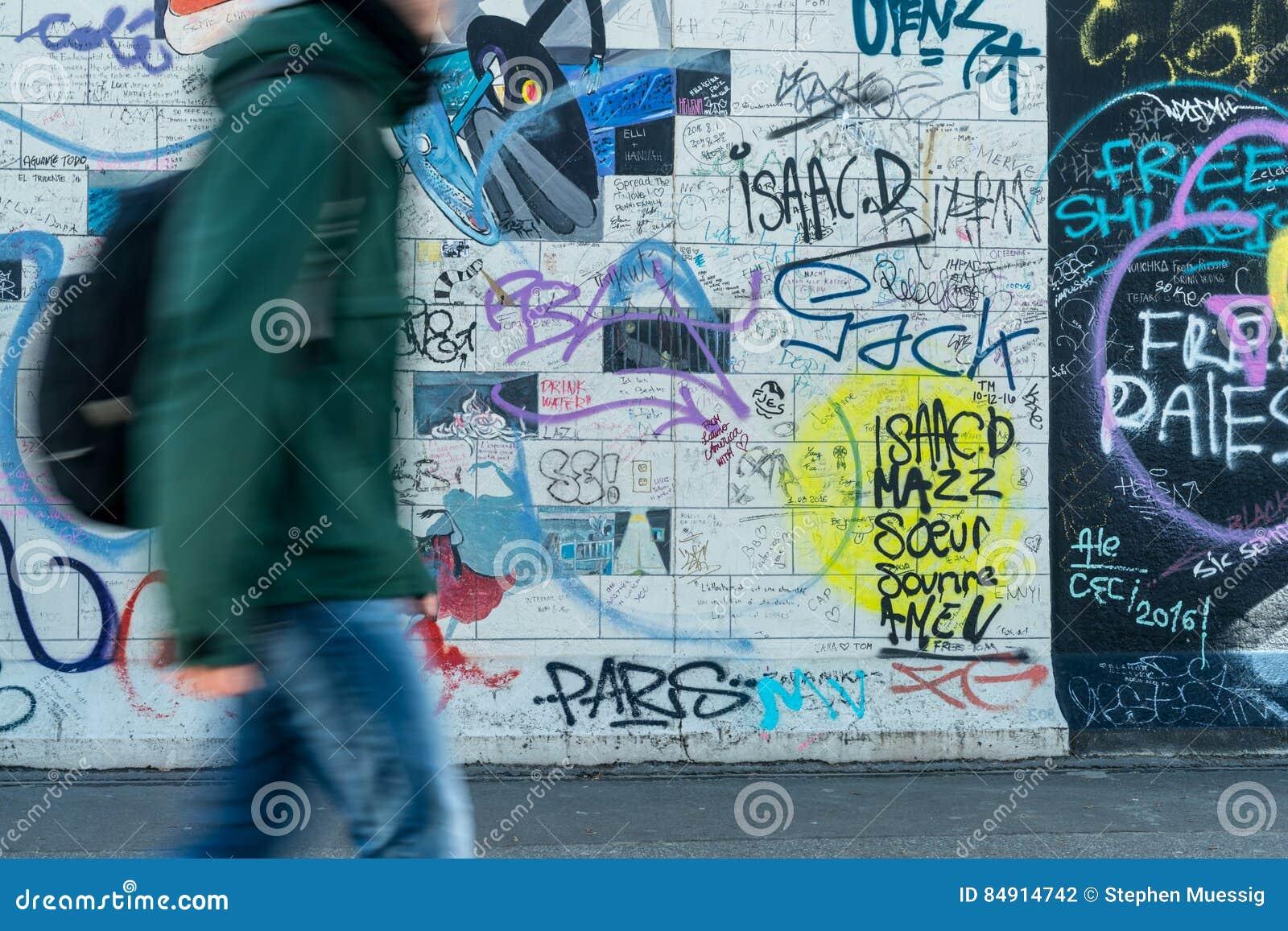 Man som går bredvid den berömda Berlin gränsmärket, galleri för östlig sida