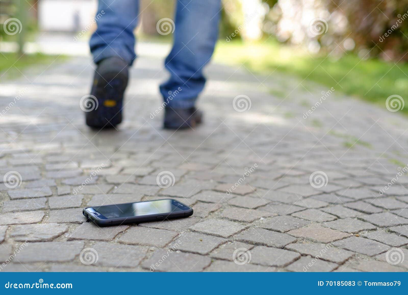 Man som går, når att ha förlorat hans Smart-telefon