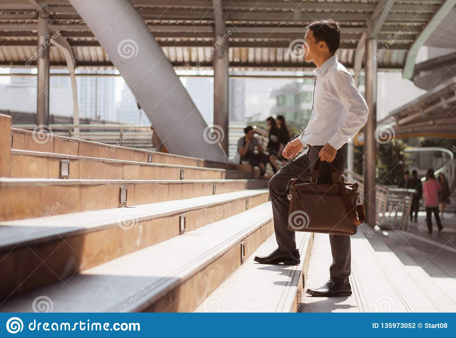 Man som går upp trappan