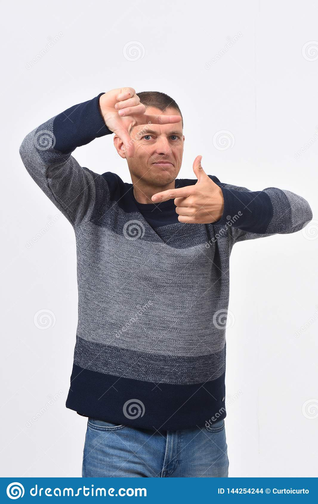 Man som gör gesten av ram