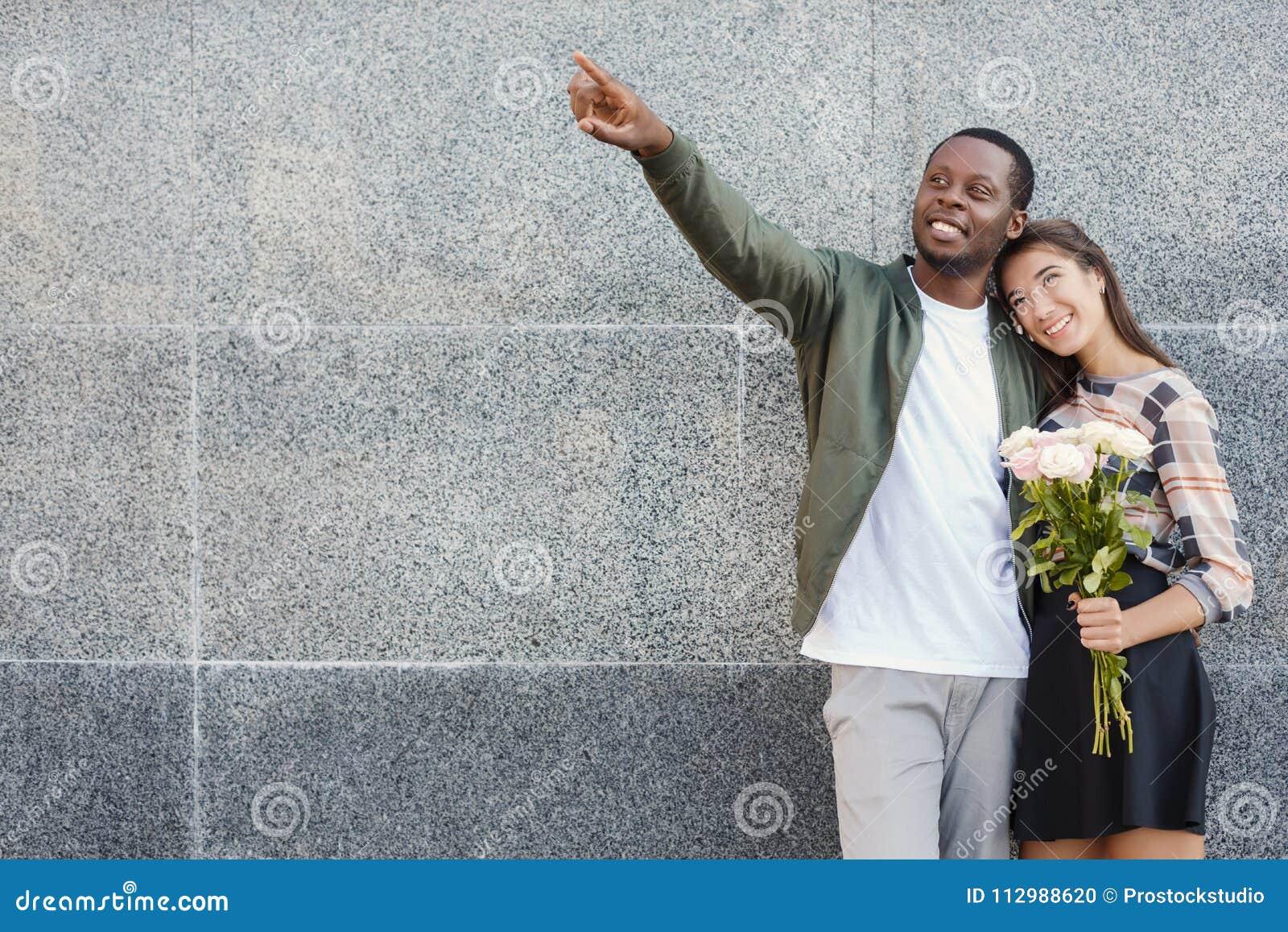 Man som ger blommor för hans härliga flickvän