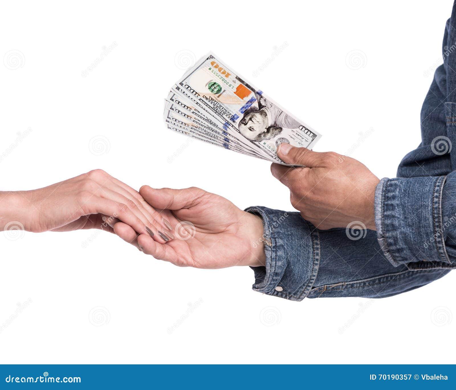 Man som ger dollarräkningar till kvinnan