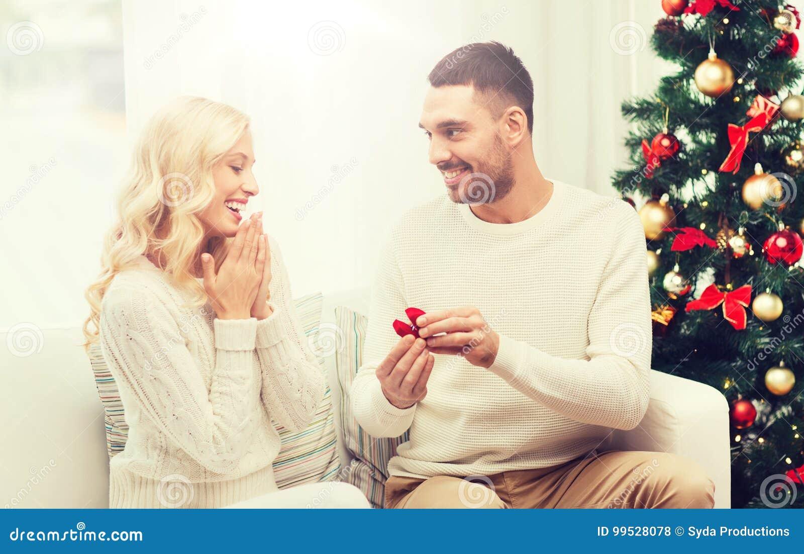 Man som ger kvinnaförlovningsringen för jul