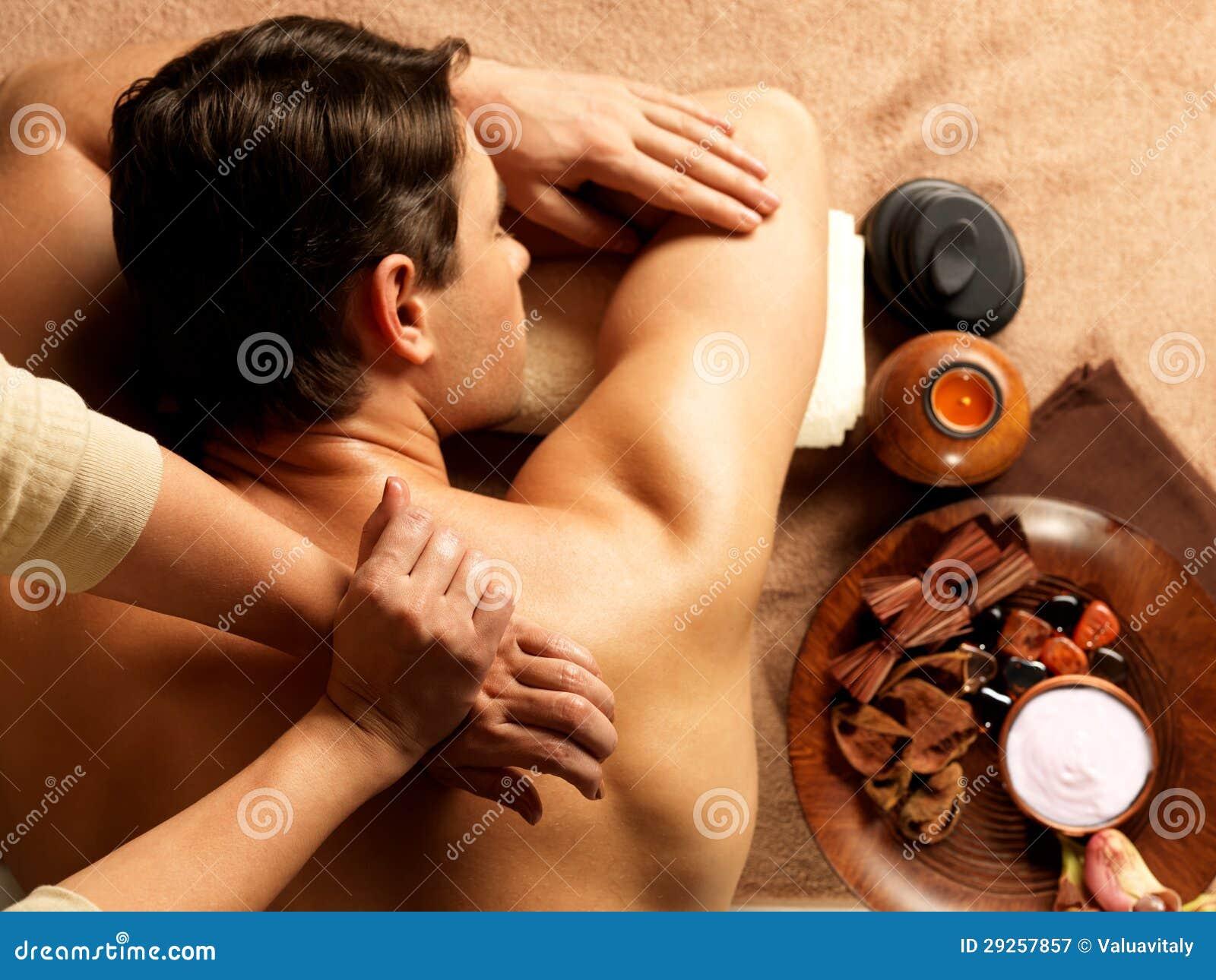 Man som har massage i brunnsortsalongen