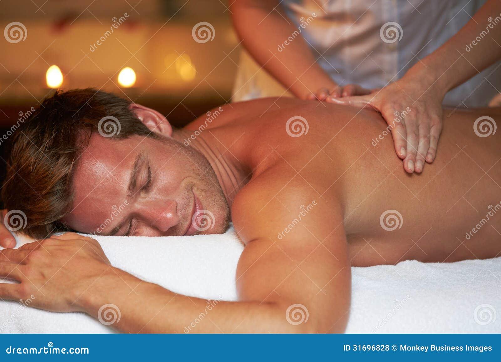Man som har massage i Spa