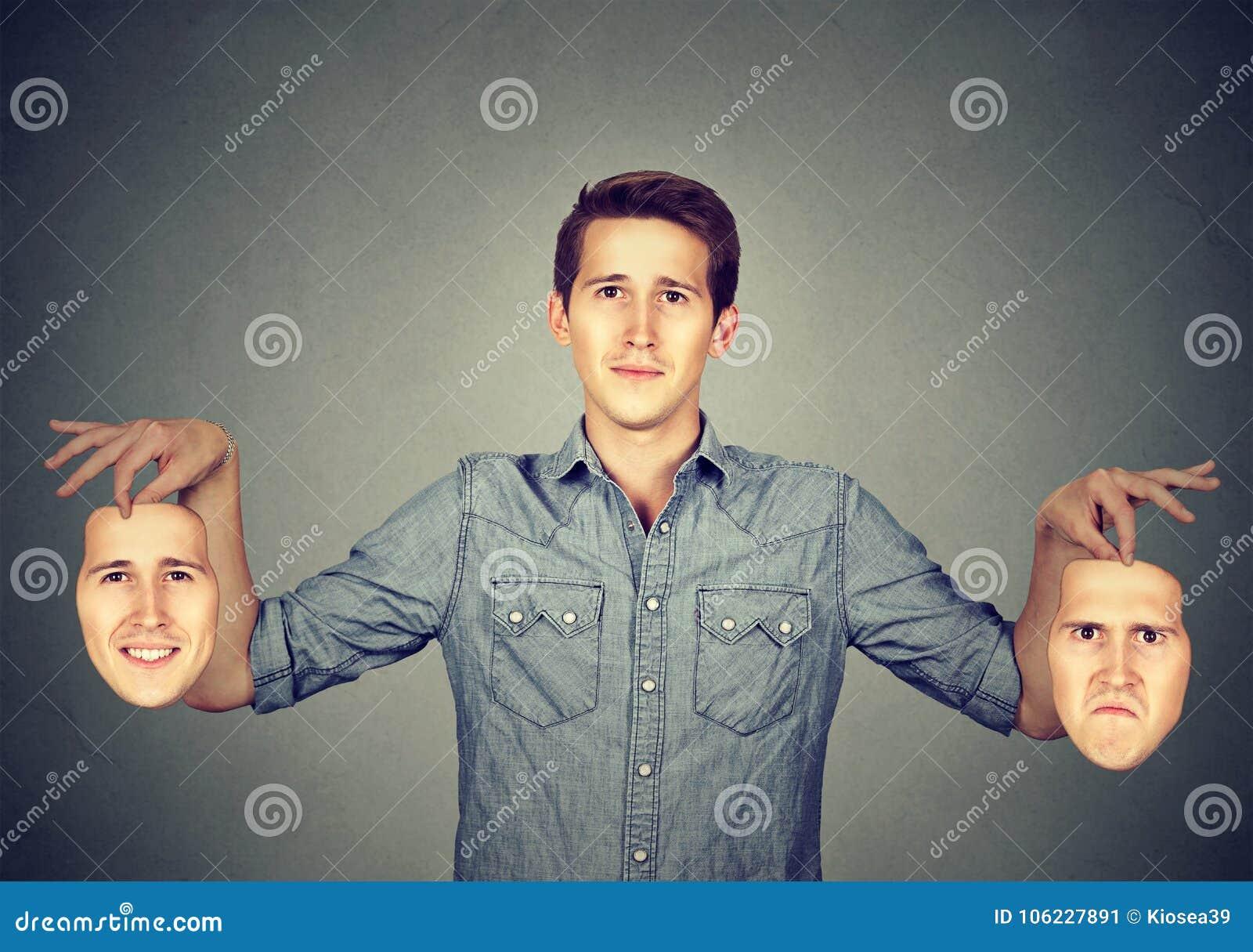 Man som har olika maskeringar för olika lynnen