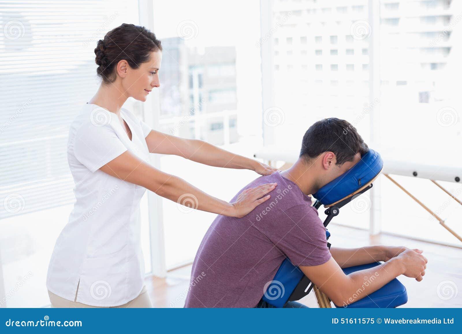 Man som har tillbaka massage