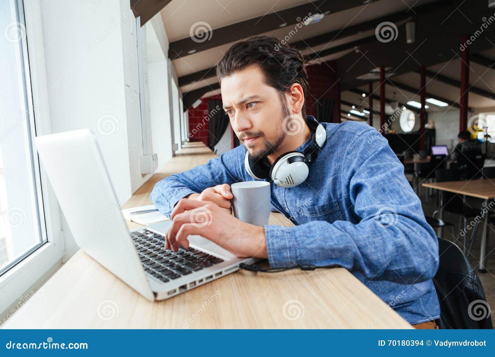 Man som i regeringsställning använder bärbar datordatoren