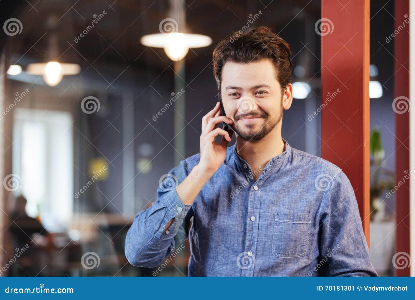 Man som i regeringsställning talar på telefonen