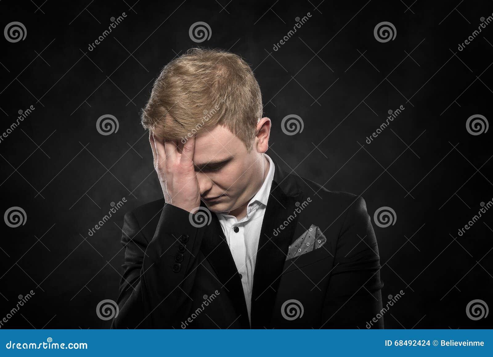 Man som känner en huvudvärk eller tänker intensely