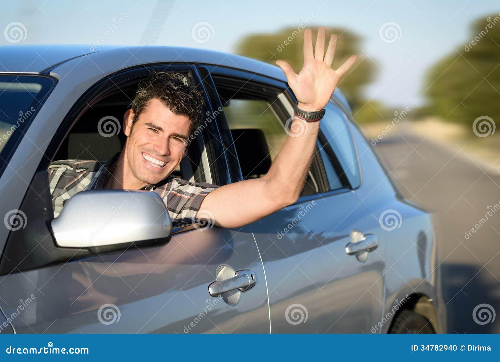 Man som kör bilen på vägen