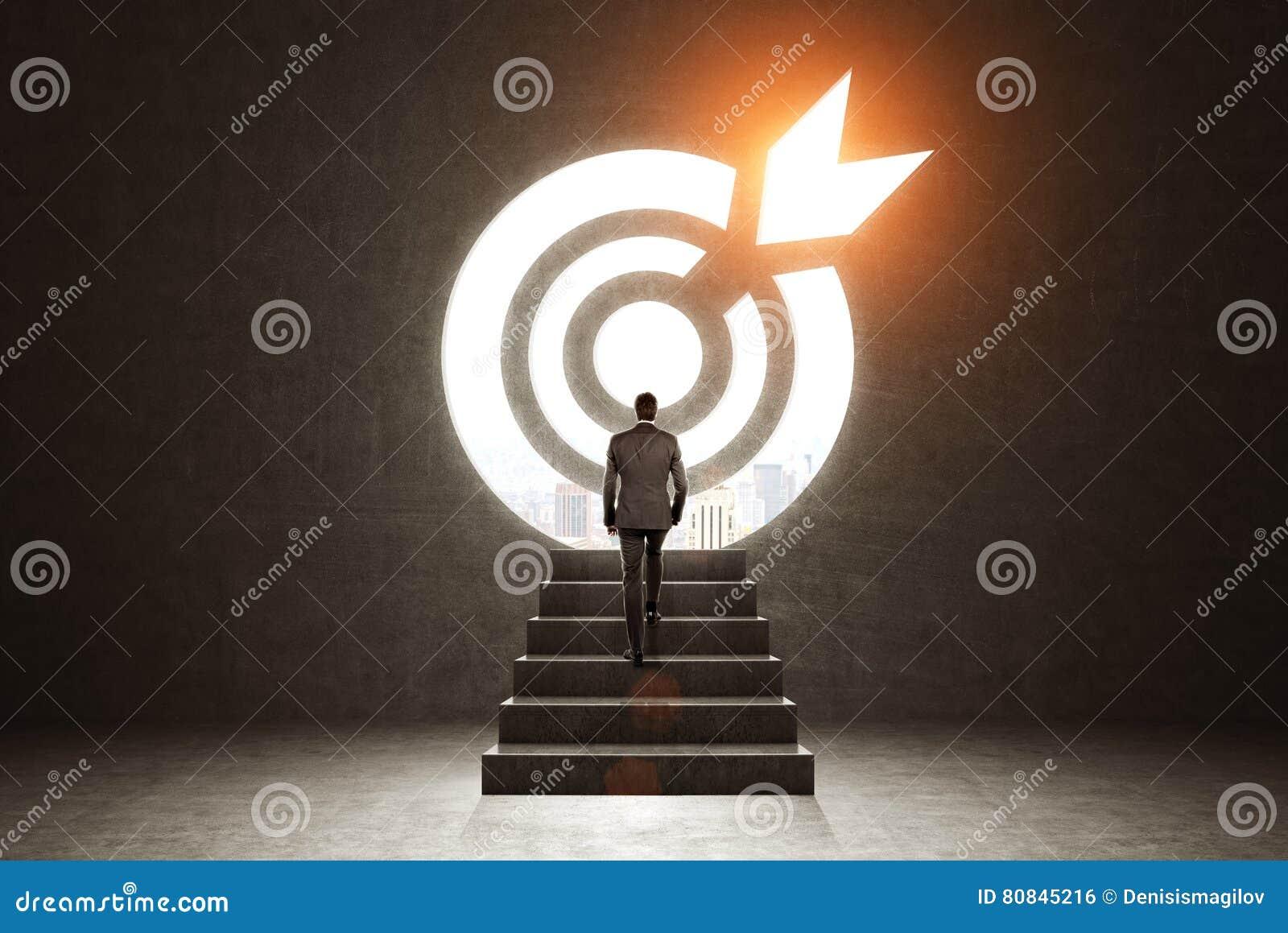 Man som klättrar till ett mål