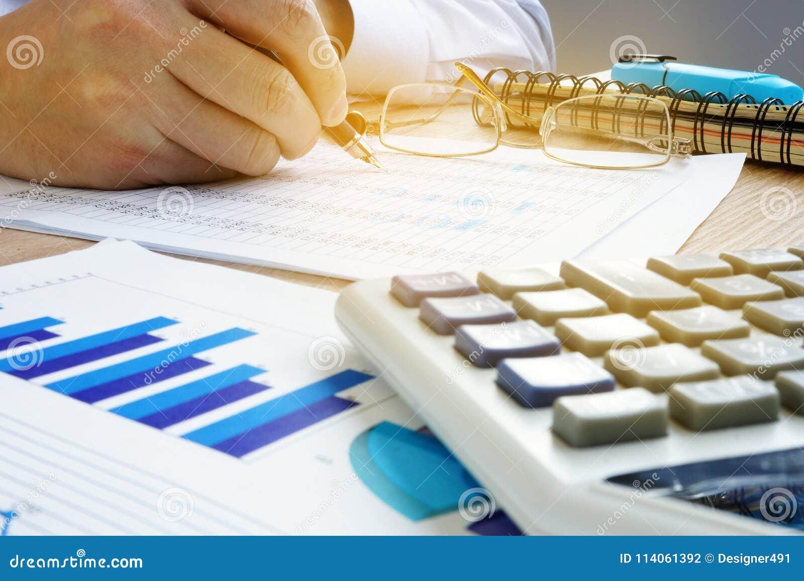 Man som kontrollerar finansiellt konto Affärsrevision