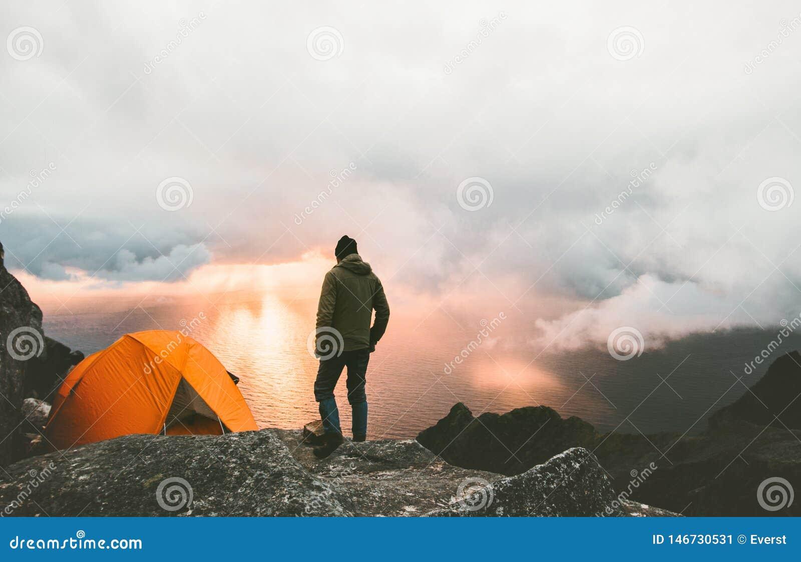 Man som reser med tältet som campar på bergöverkant