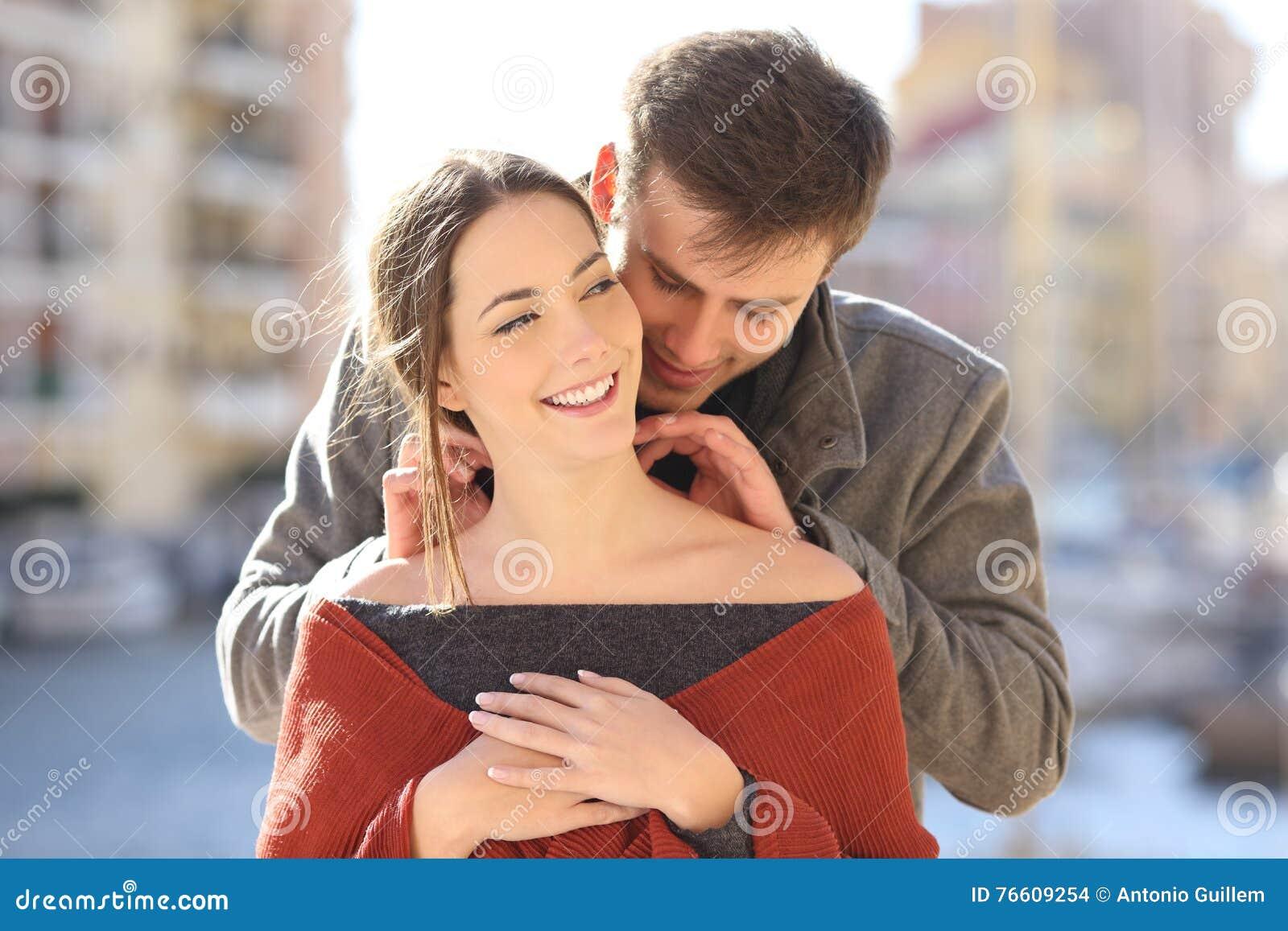 Man som sätter en tom juvel till hans flickvän