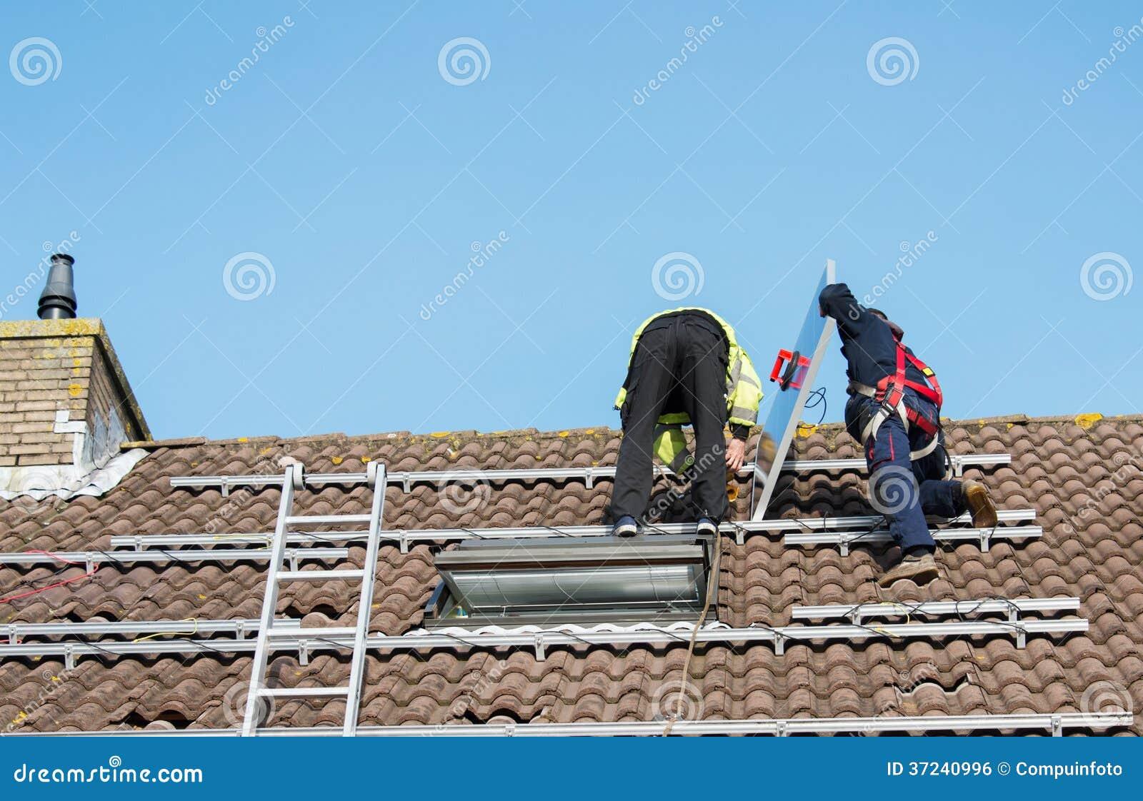 Man som sätter solpanelen på taket