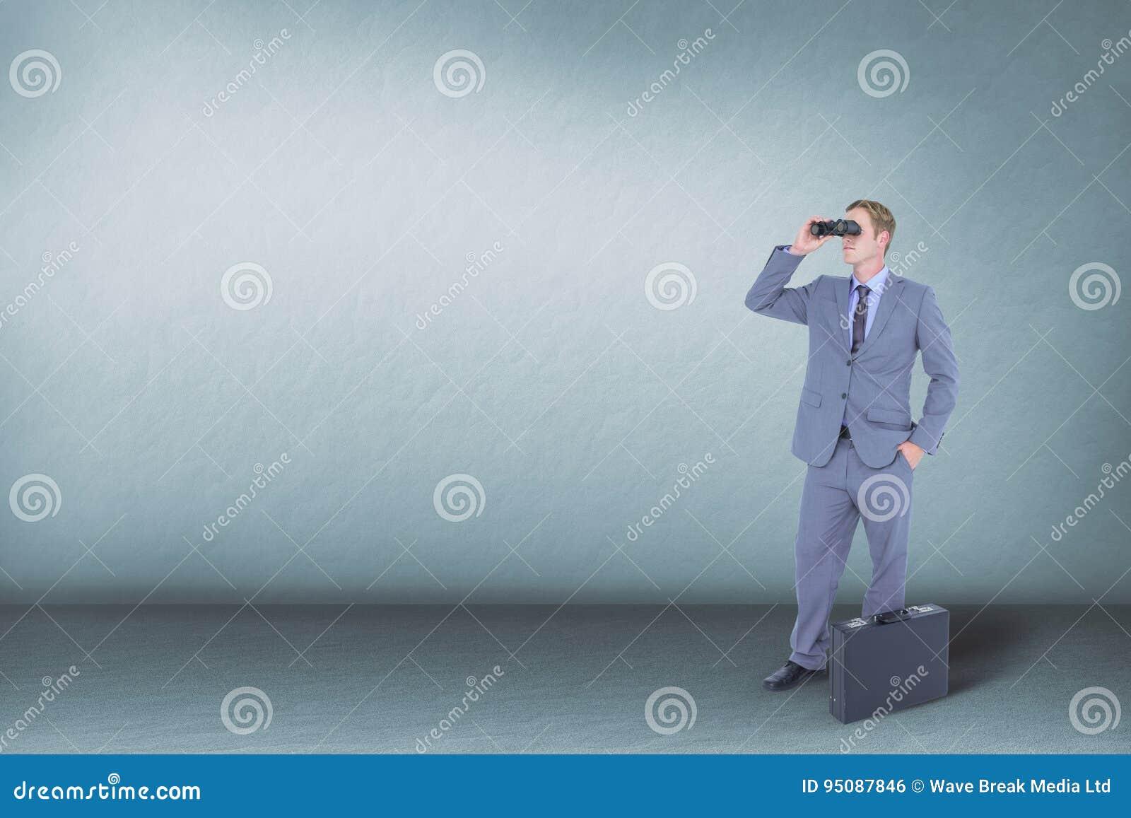 Man som ser till och med kikare mot blå bakgrund