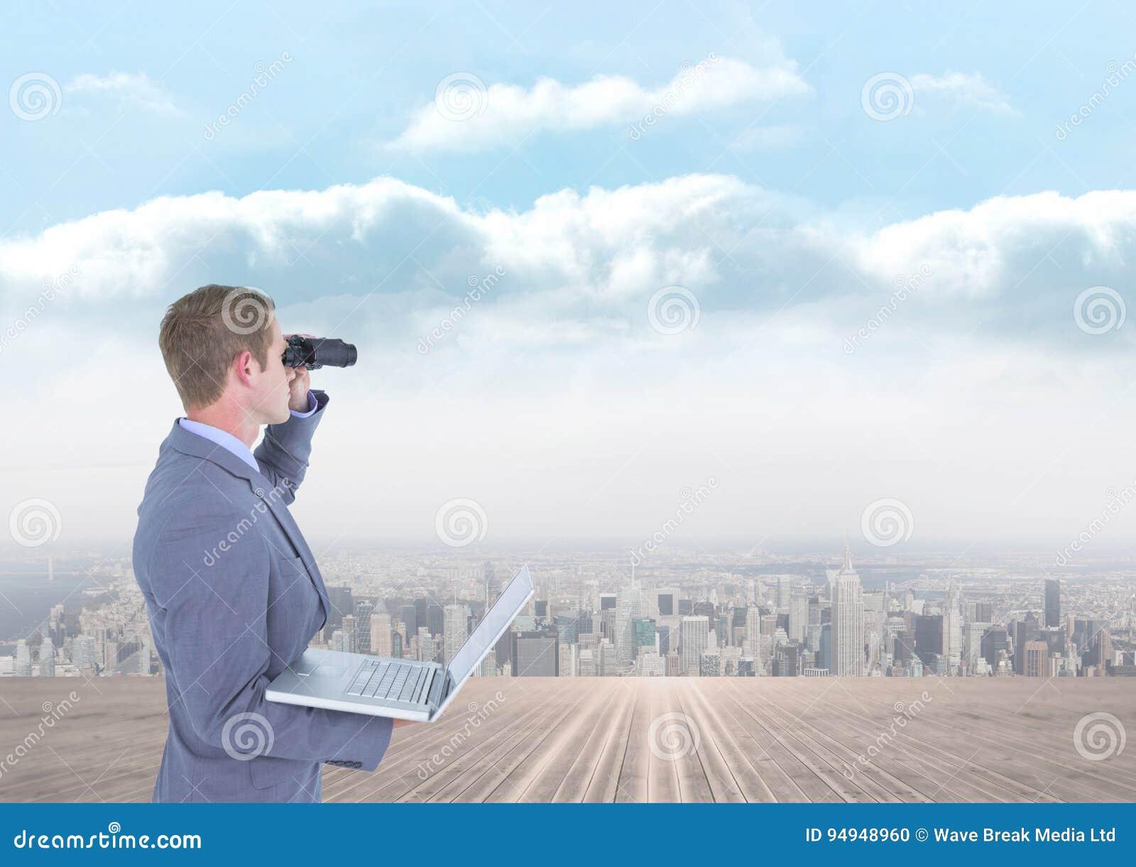 Man som ser till och med kikare mot stadsbakgrund