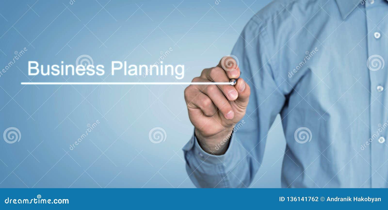 Man som skriver affärsplanläggning i skärm äganderätt för home tangent för affärsidé som guld- ner skyen till