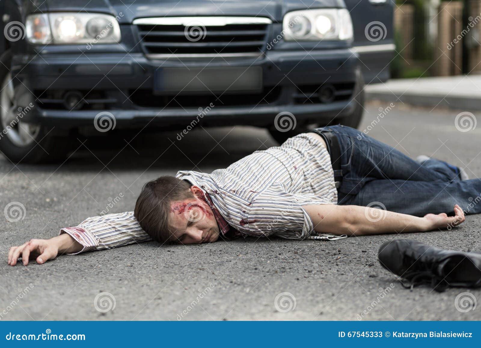 Man som slås av en bil
