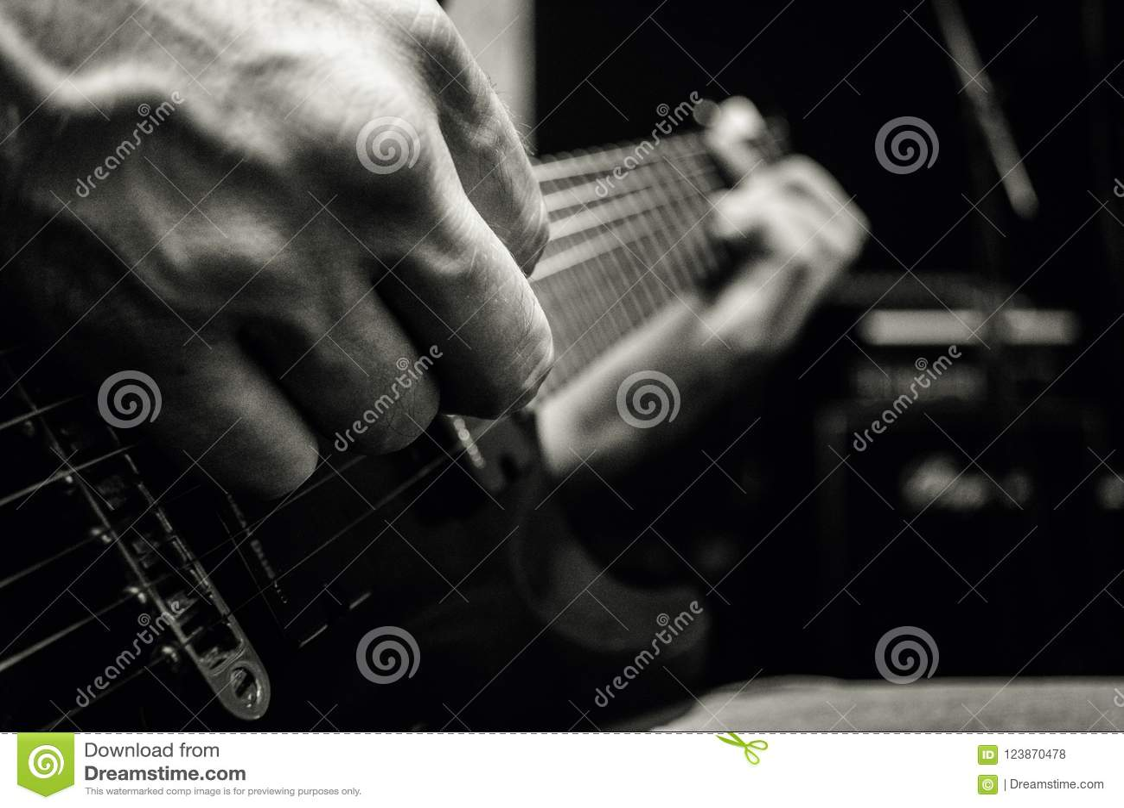 Man som spelar på den elektriska gitarren, musikbegrepp