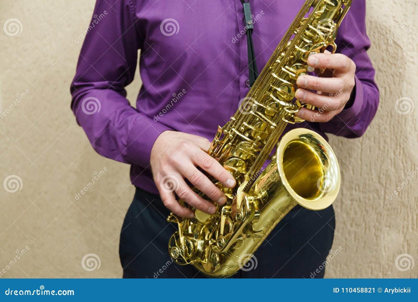 Man som spelar på saxofonen