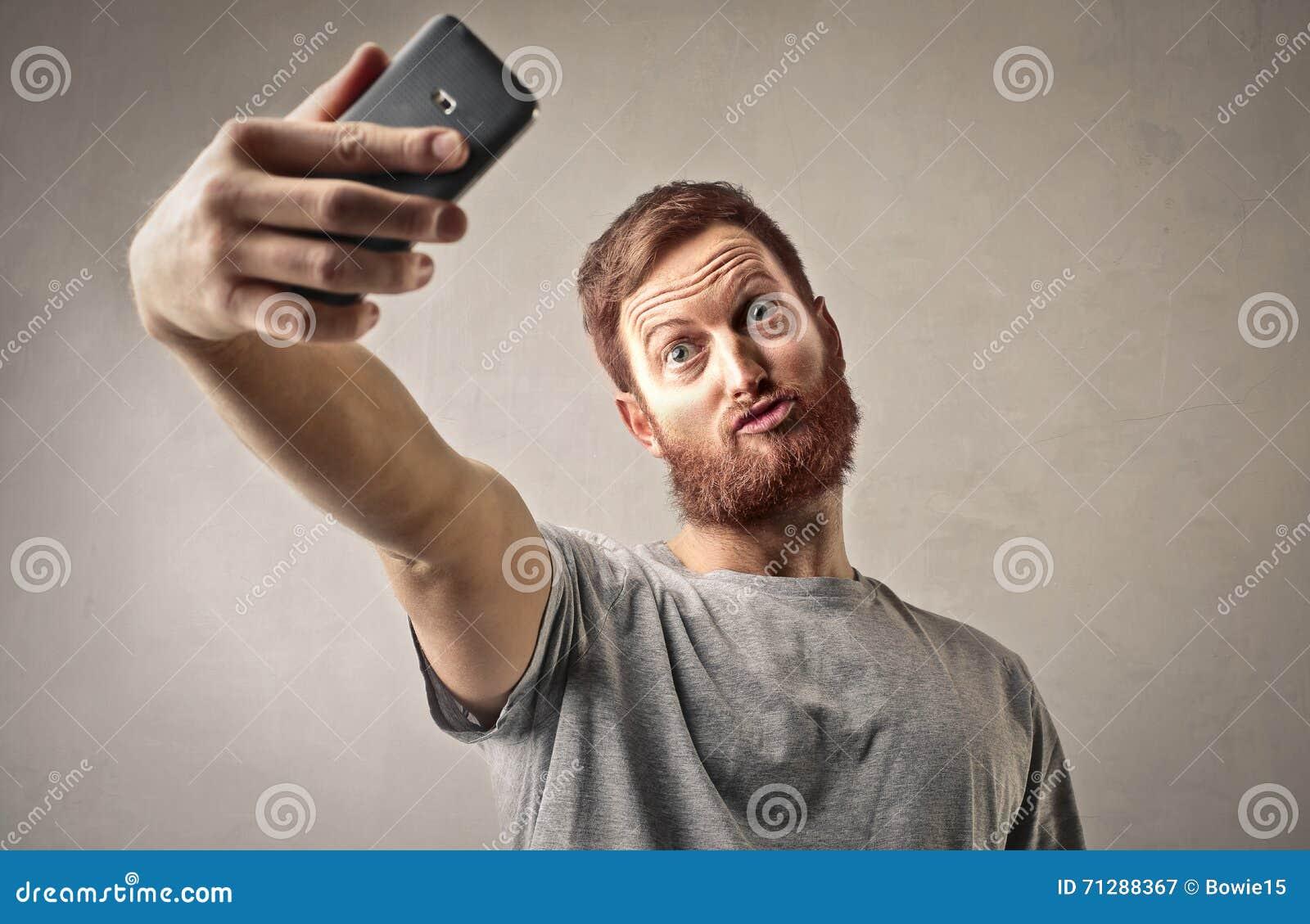 Man som tar en selfie