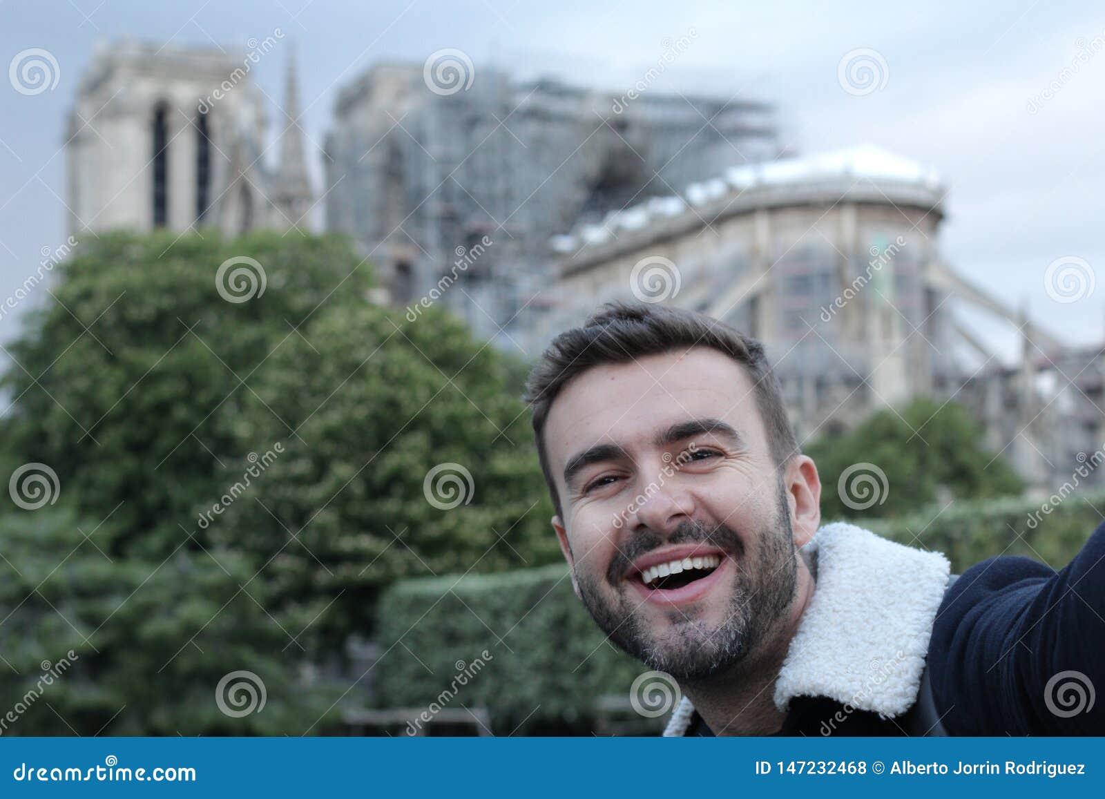 Man som tar en selfie i br?nda Notre Dame, Paris