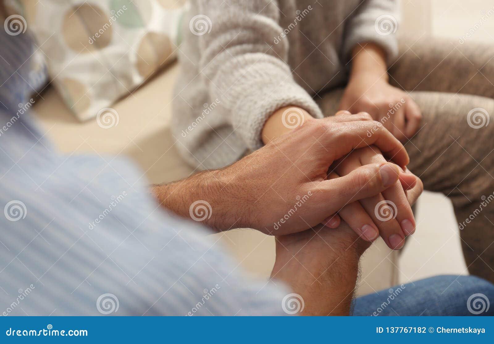 Man som tröstar kvinnan, closeup av händer