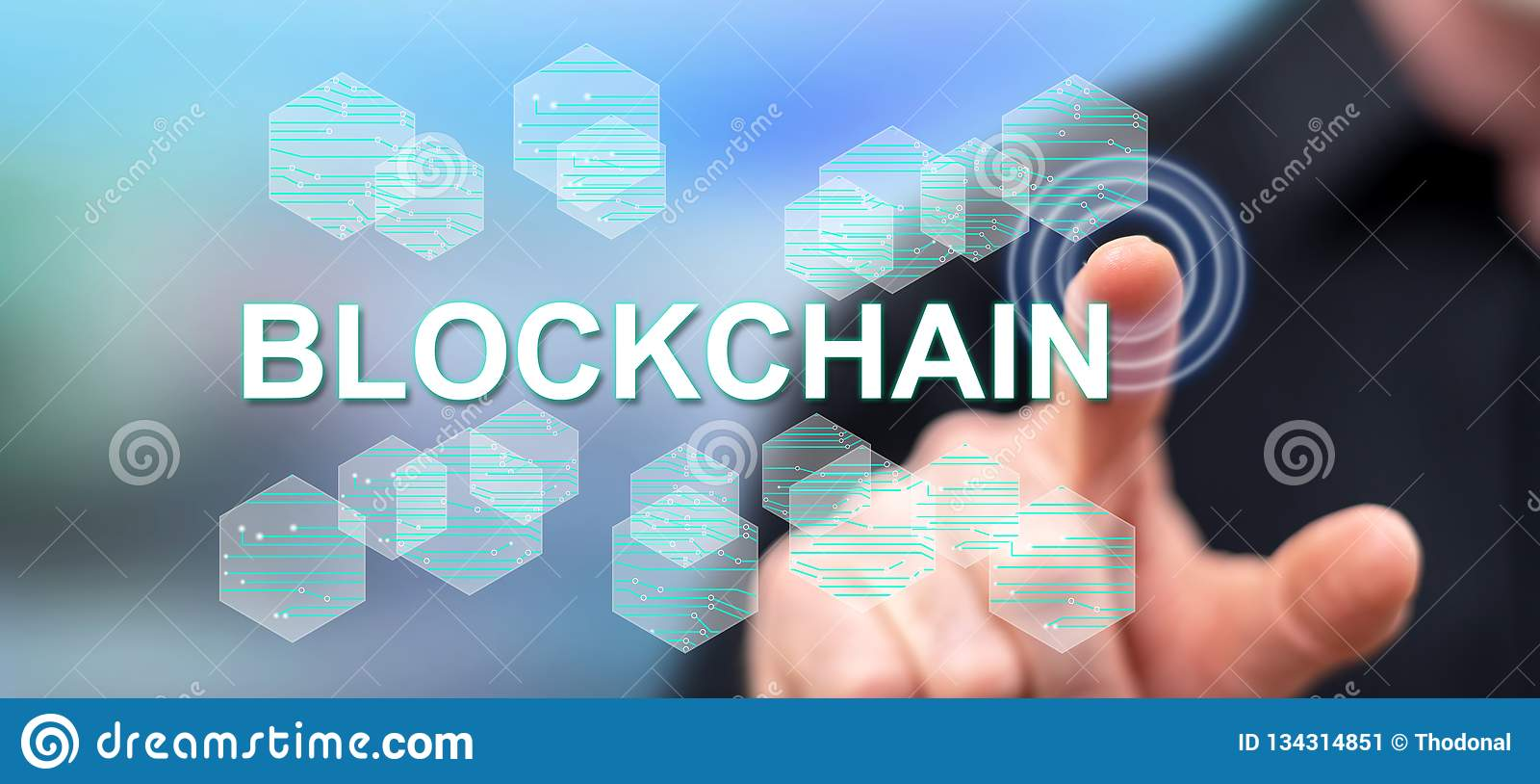 Man som trycker på ett blockchainbegrepp