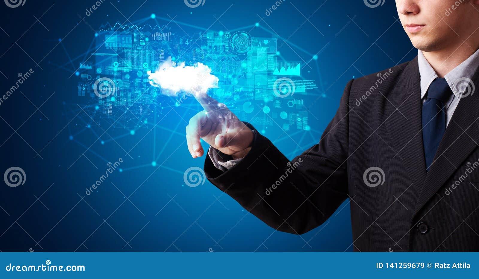 Man som trycker på molnsystemhologrammet