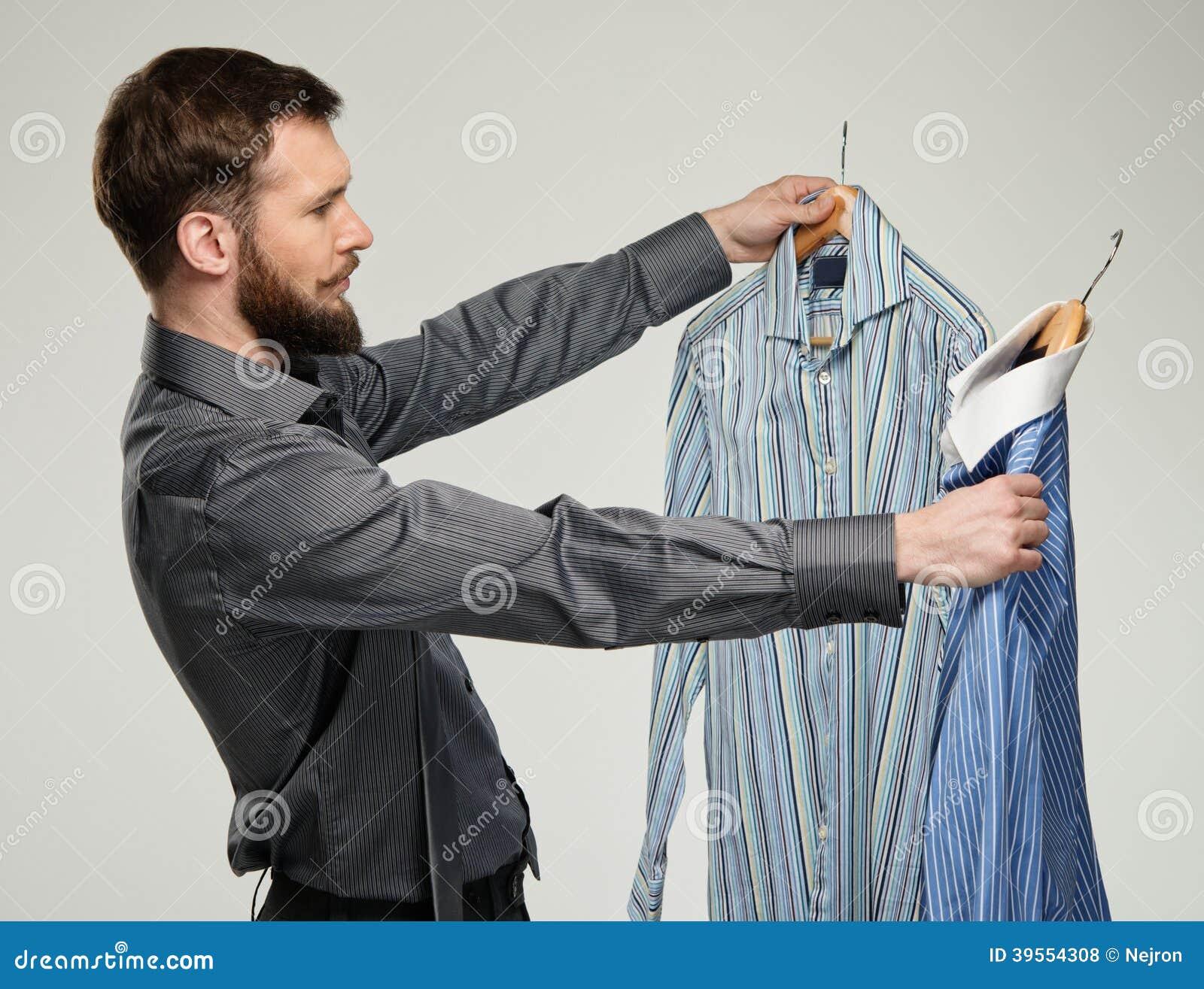 Man som väljer skjortor