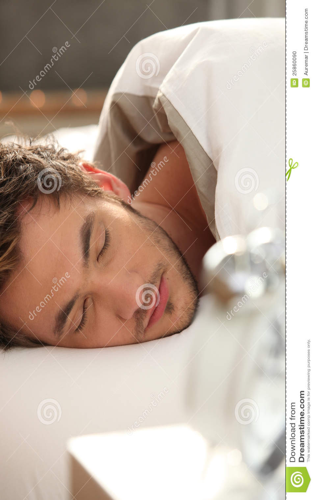 Man sovande i underlag