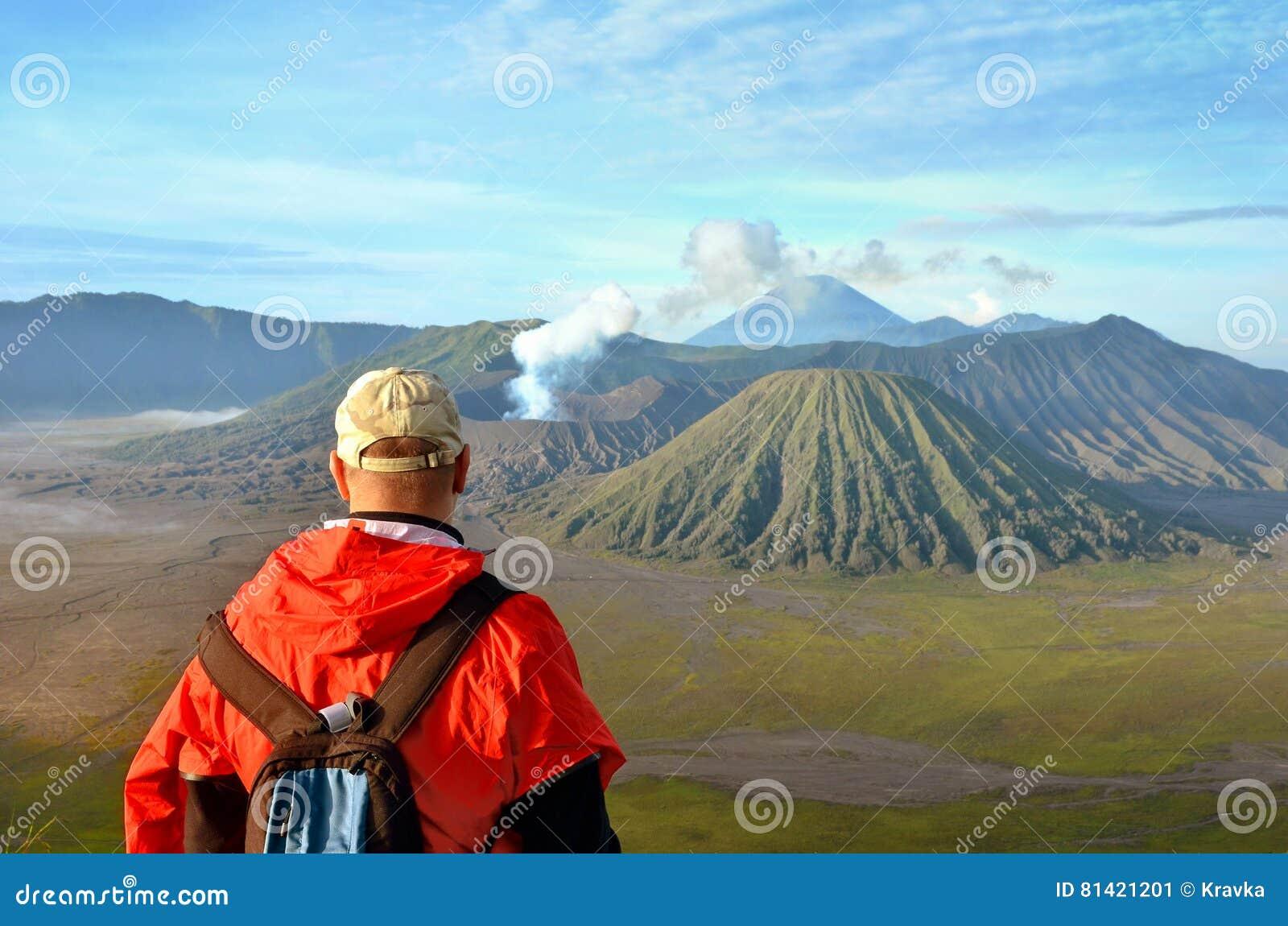 Man staget på den bästa near vulkan Bromo i Indonesien