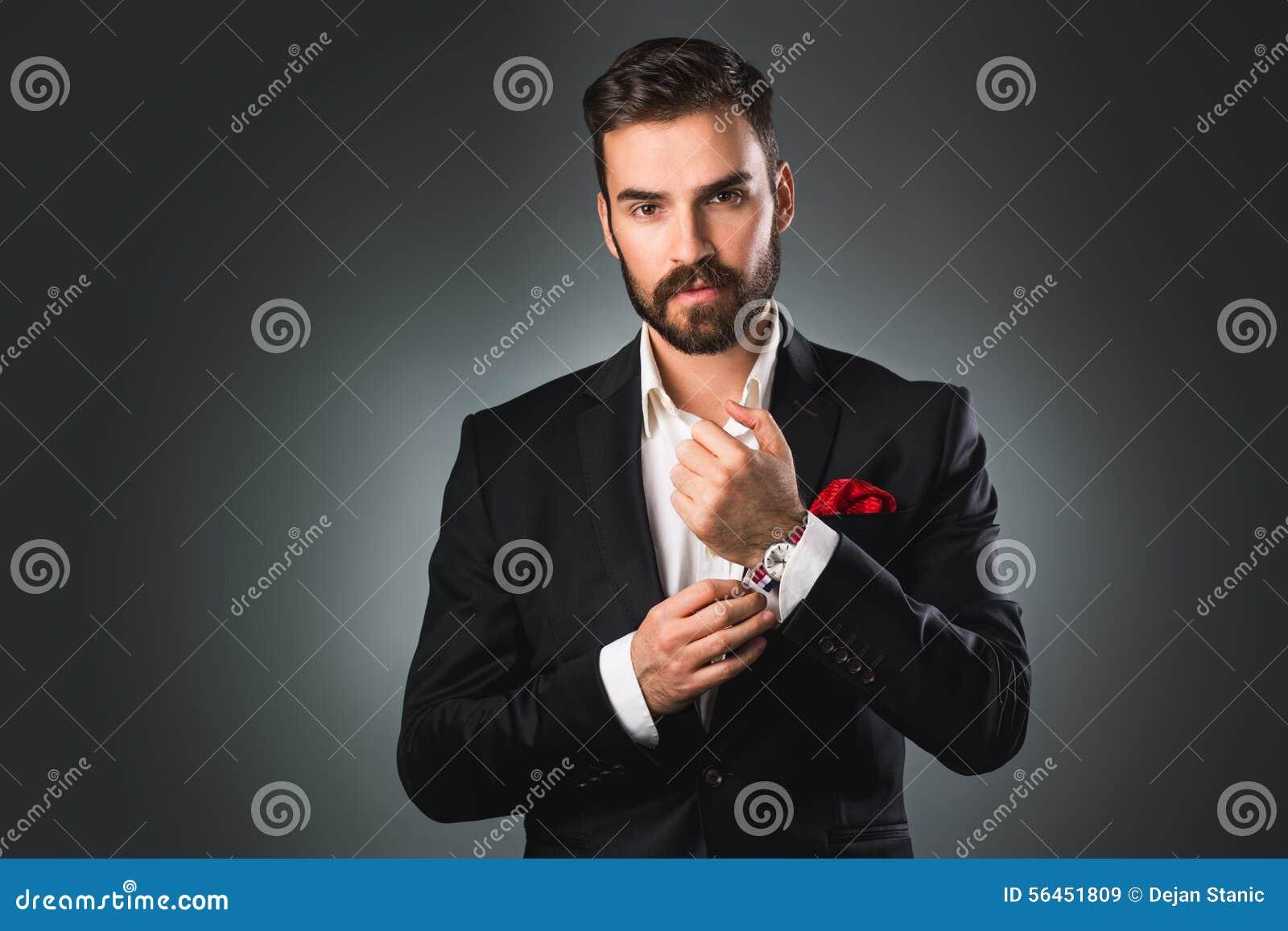 Man stijl Elegante jonge mens die klaar worden kledende kostuum, overhemd en manchetten
