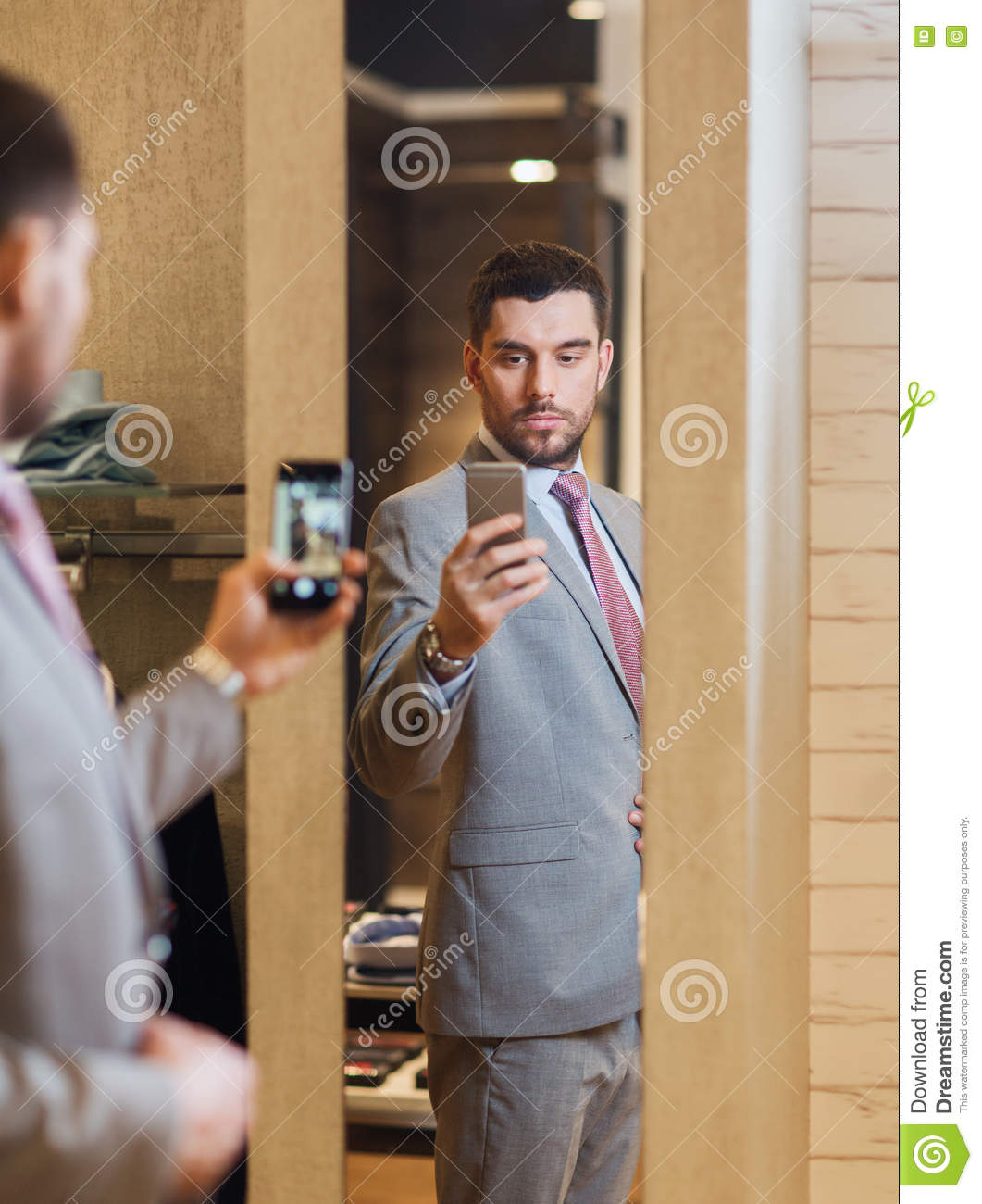 how to hold your phone when taking a mirror selfie