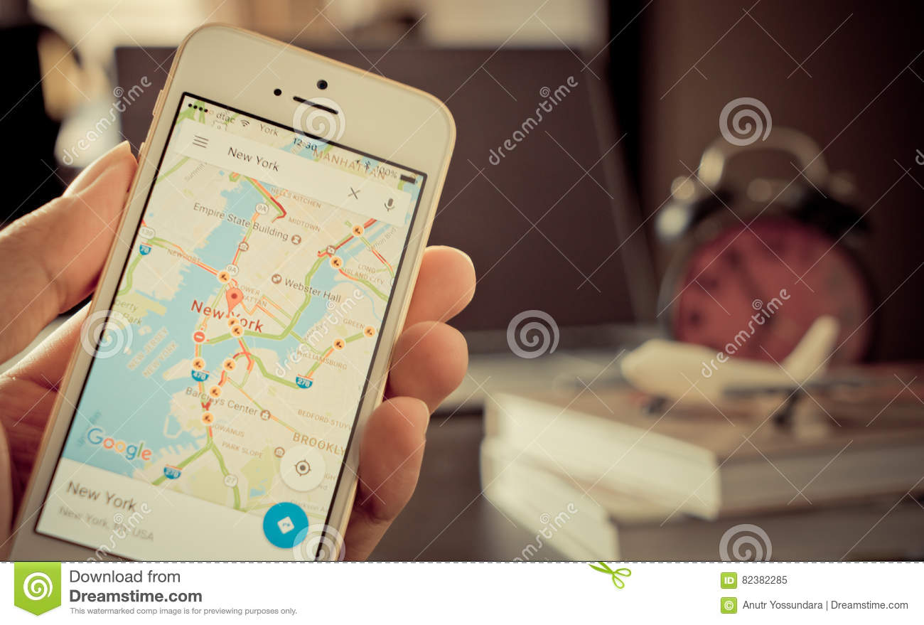 A Man Using Google Maps For Business Travel Editorial Image - Download nyc google map
