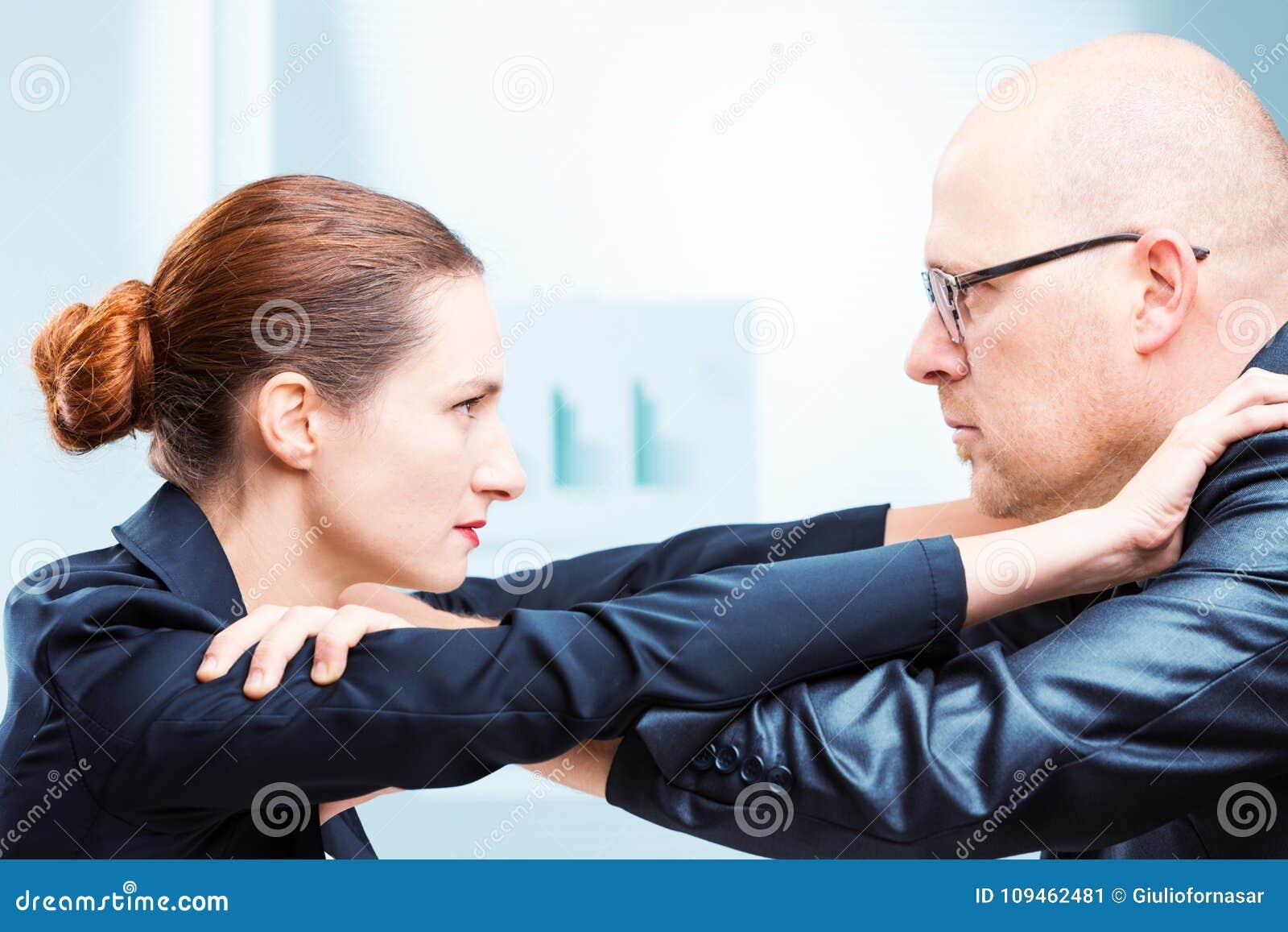 Man versus vrouwenbureau het vechten in bureau