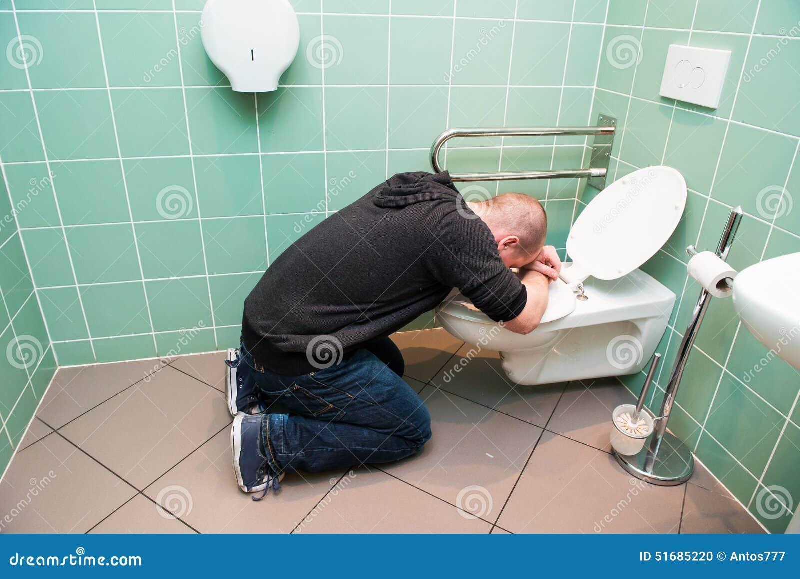 Пьяную ебут в туалет, Парни поимели пьяную тёлку в туалете клуба смотреть 26 фотография
