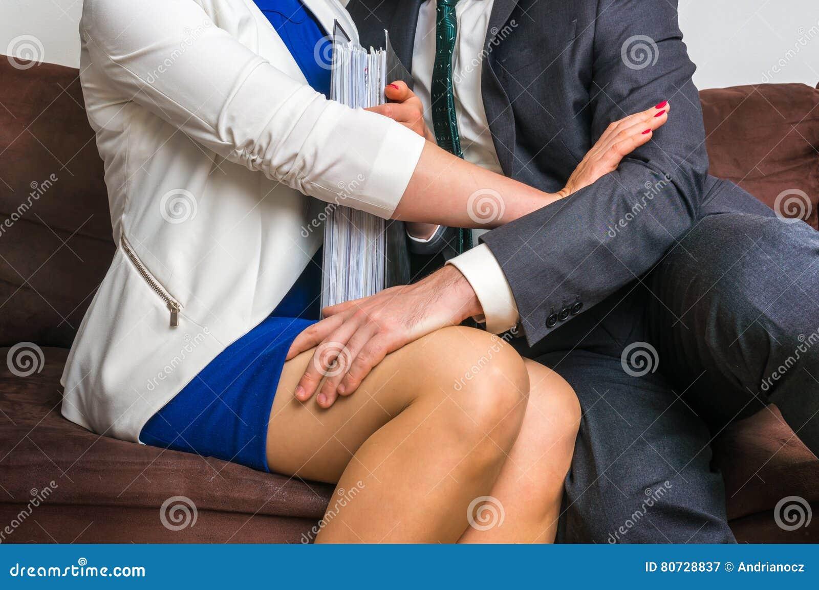 Man wat betreft vrouwen` s knie - seksuele intimidatie in bureau
