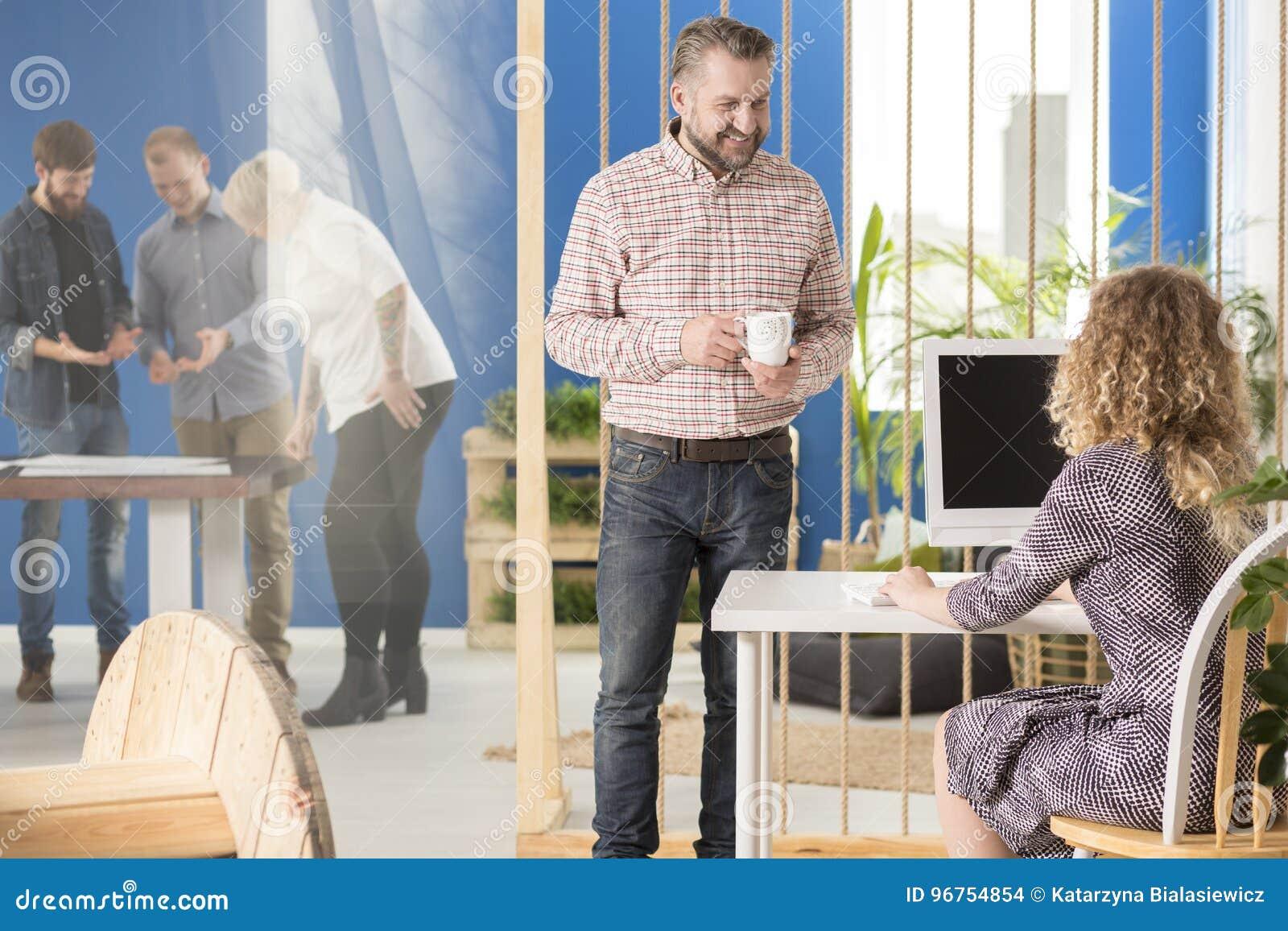Manager die aan zijn werknemer spreken