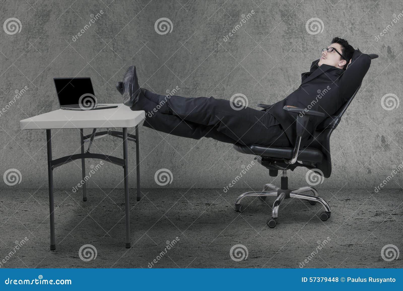 Manager het ontspannen op stoel terwijl het dagdromen