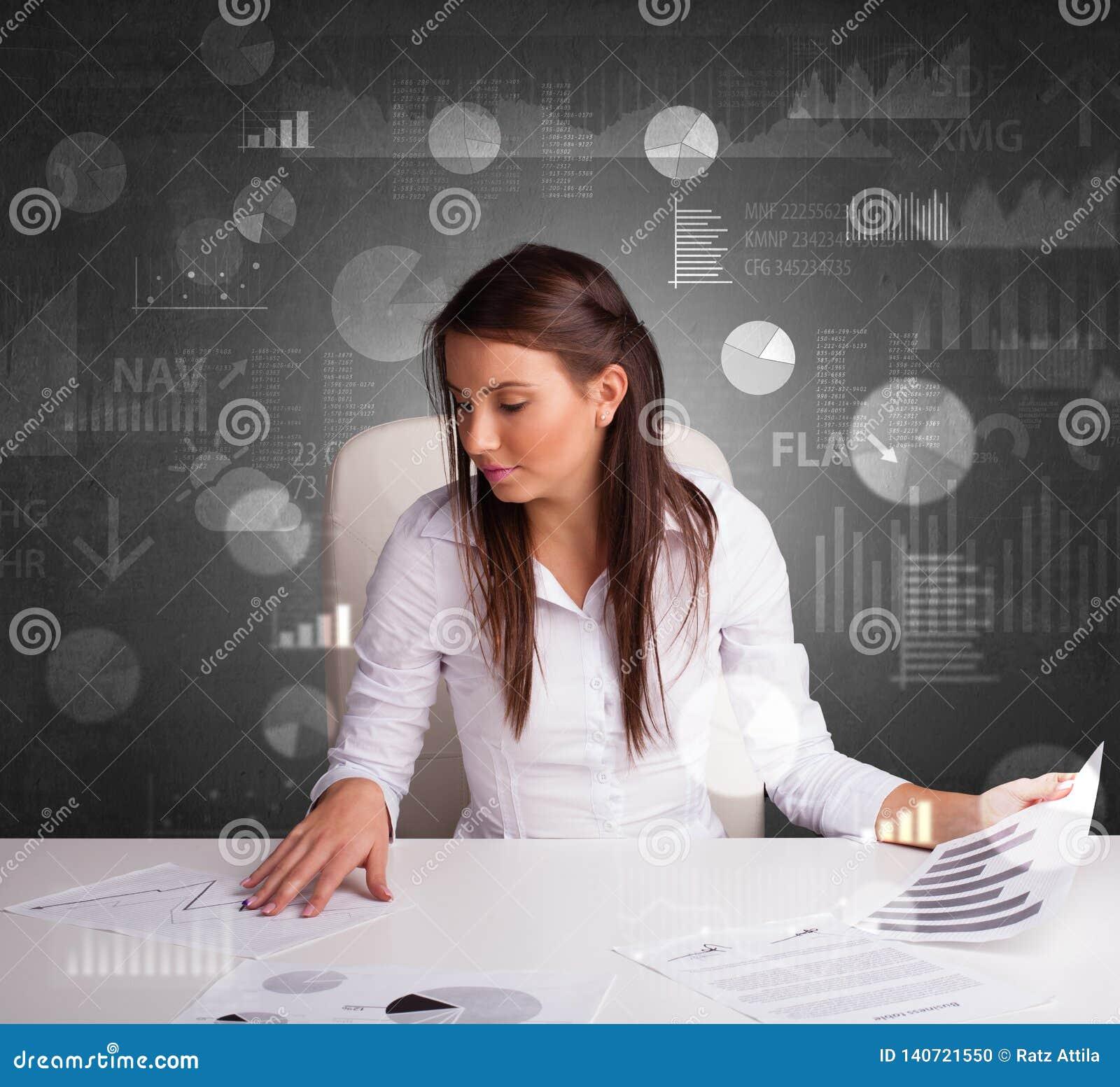 Manager im Büro, das Berichte und Statistiken mit Tafelhintergrund macht