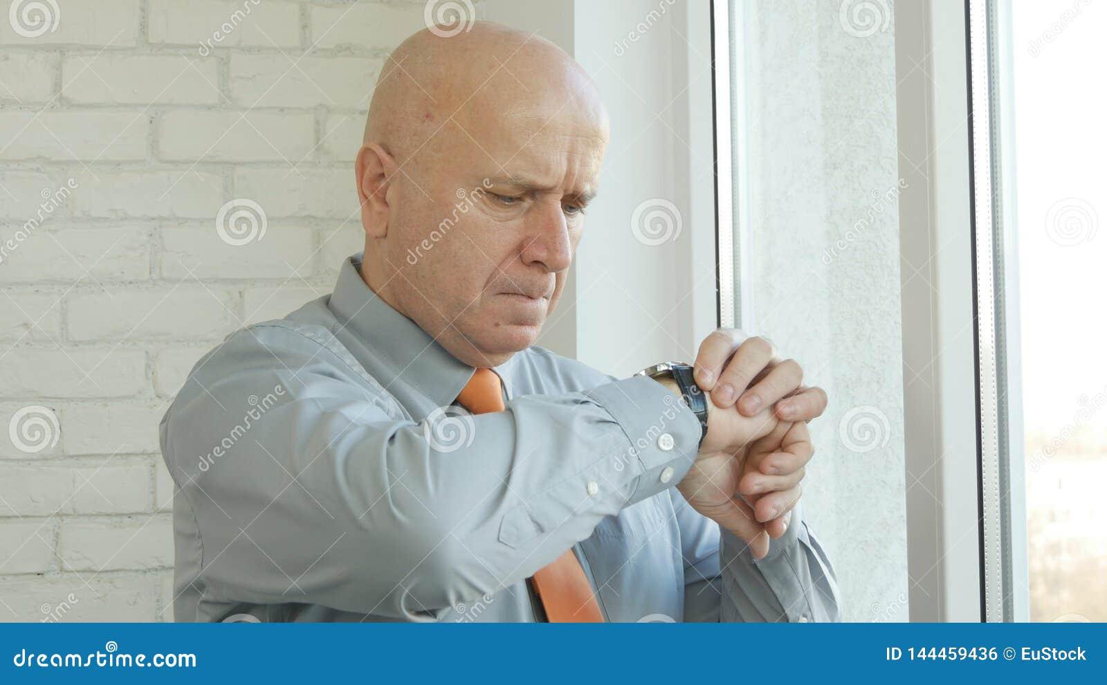 Manager im B?ro-Aufenthalt und Wartezeit, die schaut, um Uhr zu ?bergeben Zeit ?berpr?fend