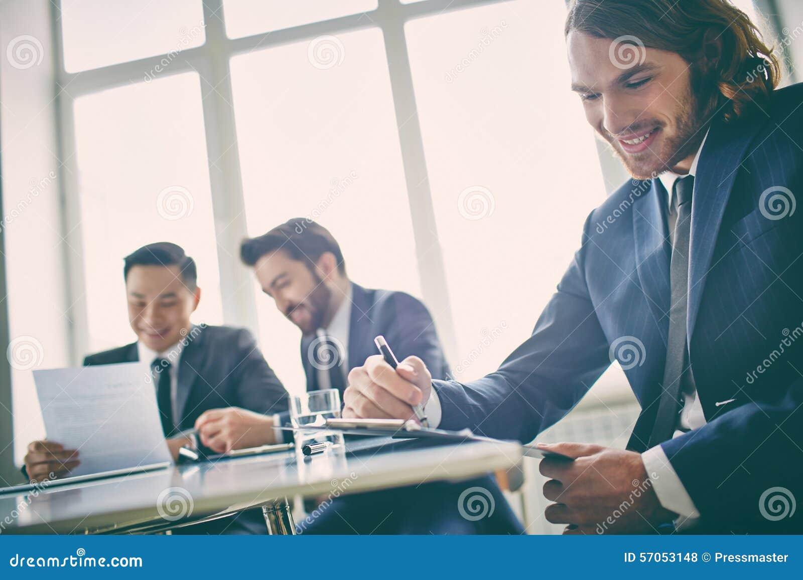 Manager met klembord