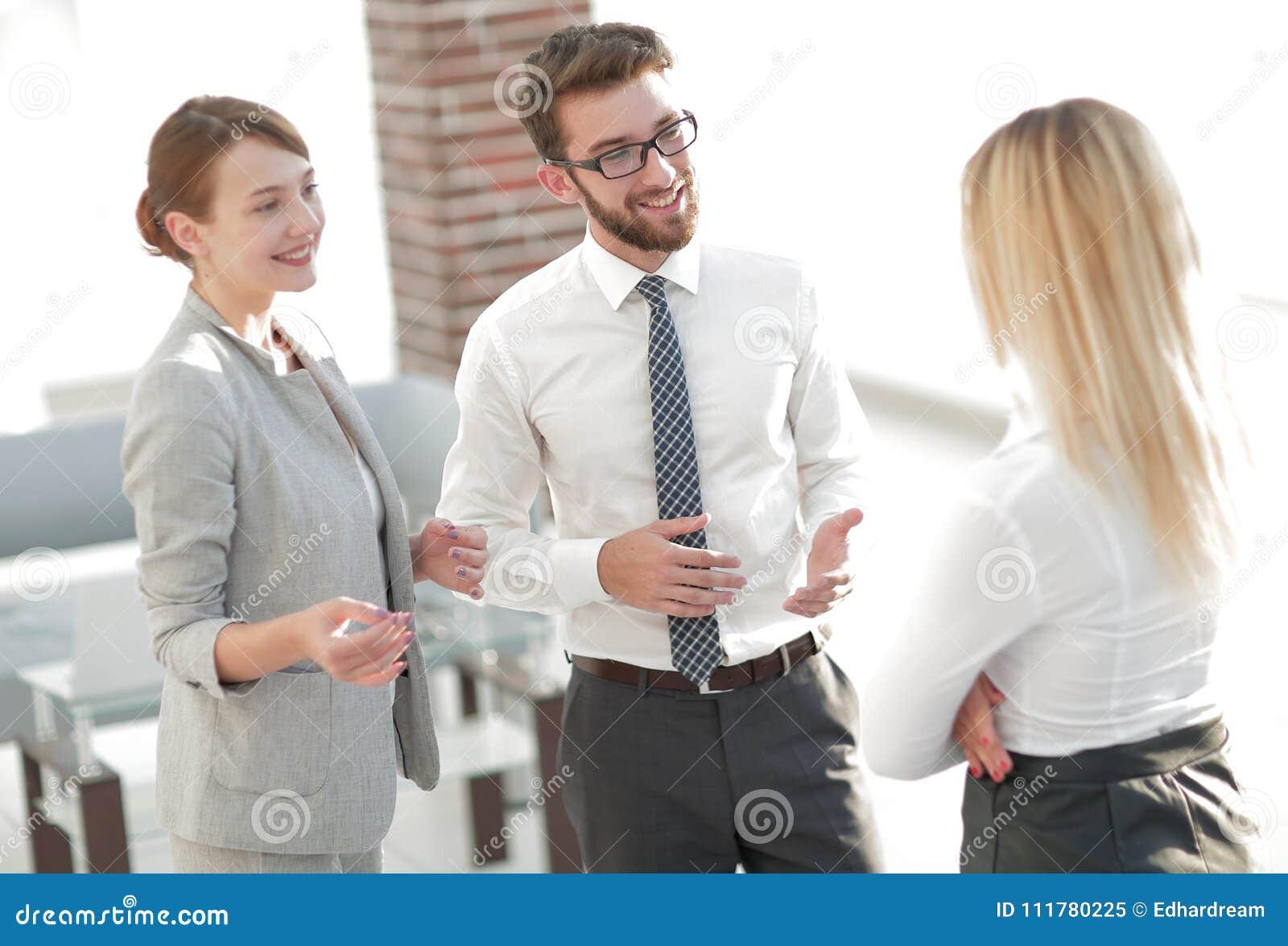 Manager und Geschäft team die Unterhaltung im Büro