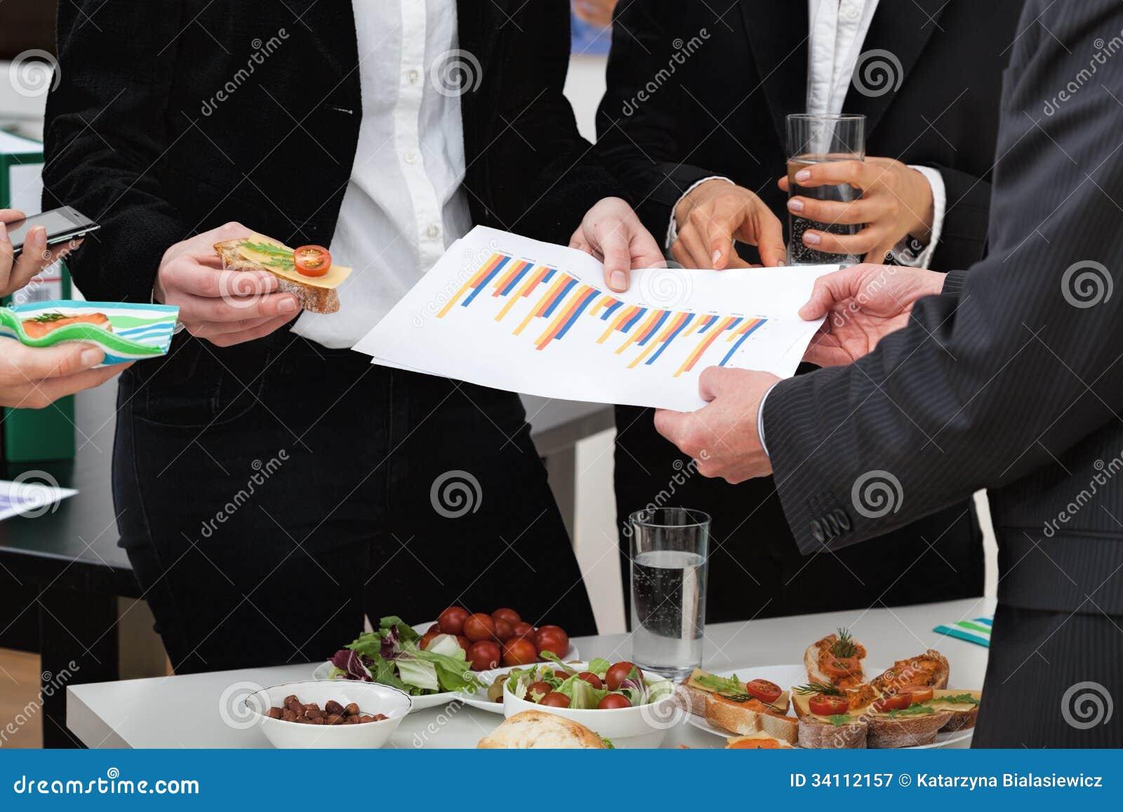 Managers bij bedrijfslunch