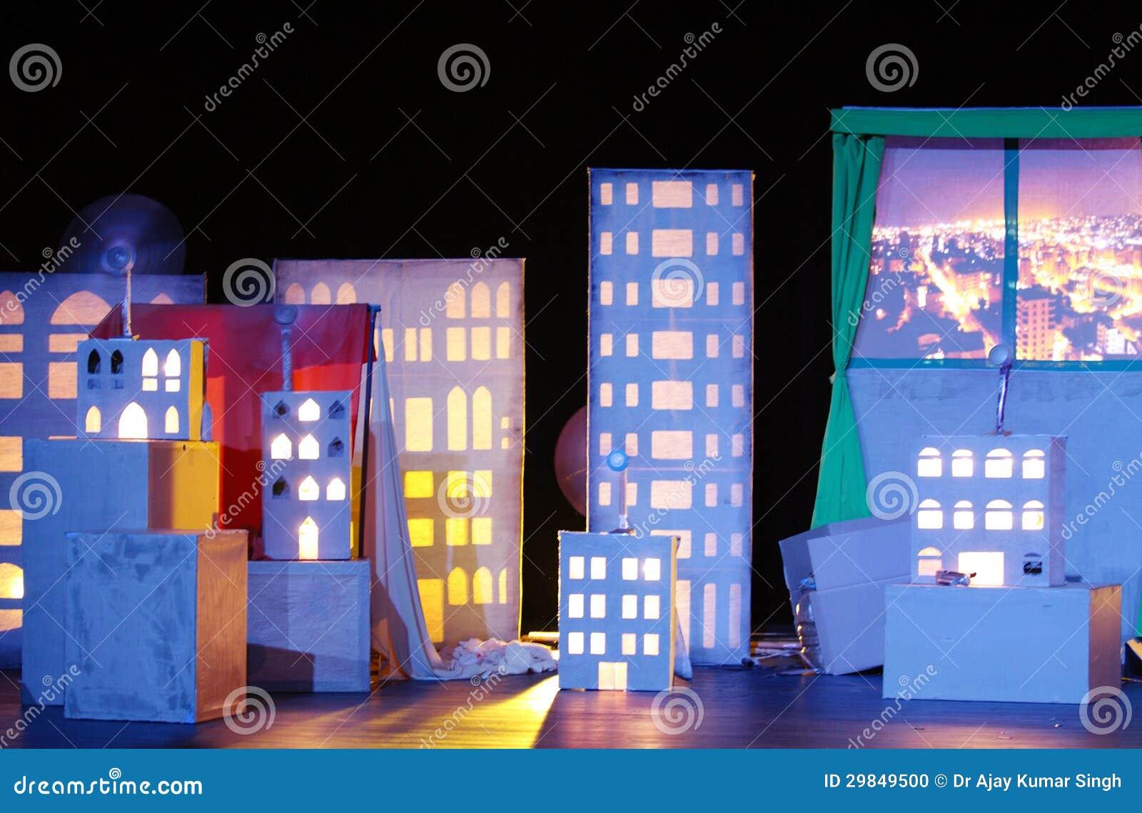 Construção iluminada na mostra Sneezing de Firas