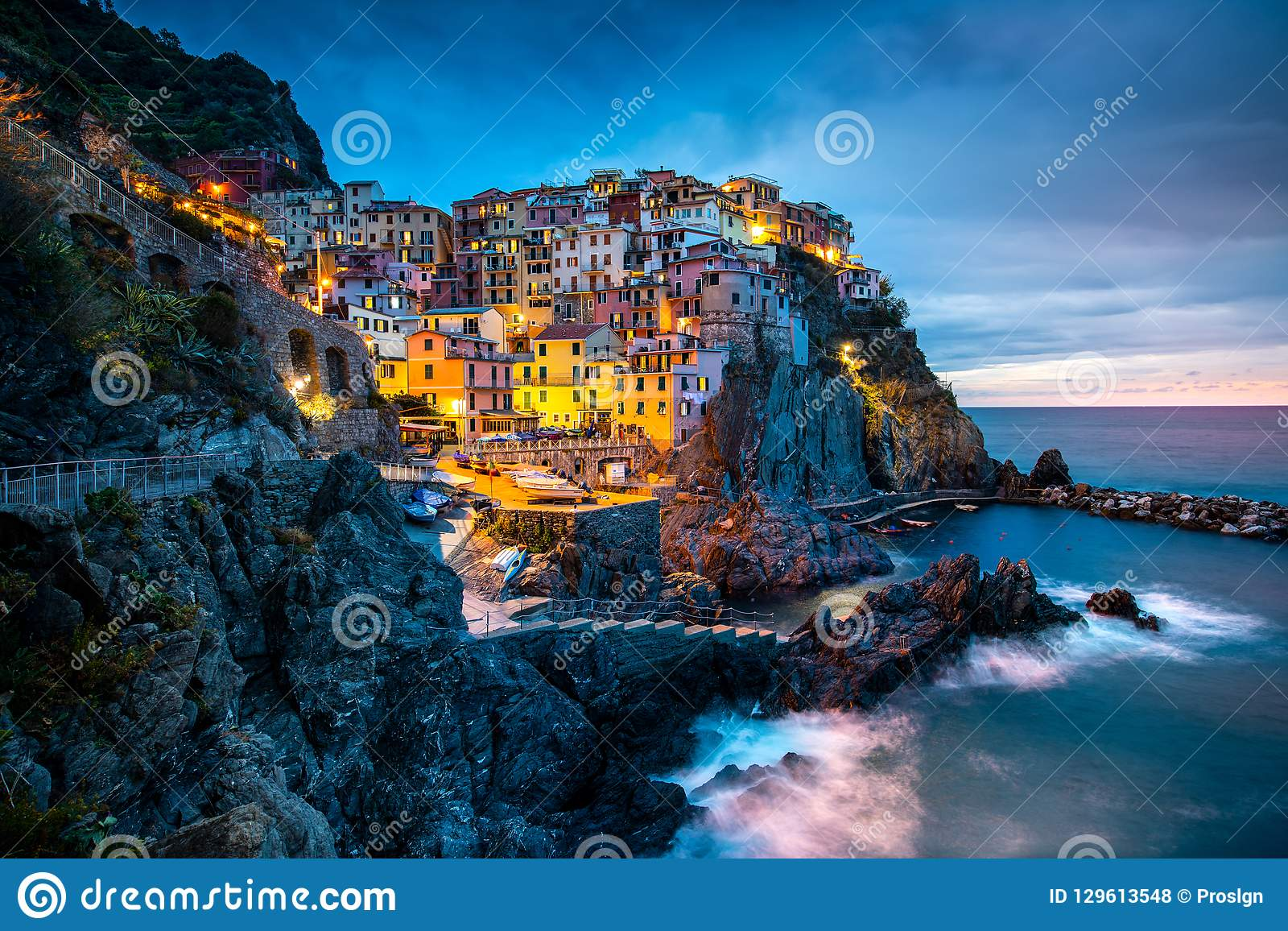 Manarola村庄,意大利的五乡地海岸 Manarola拉斯佩齐亚,利古里亚省的一美丽的小镇,在北部
