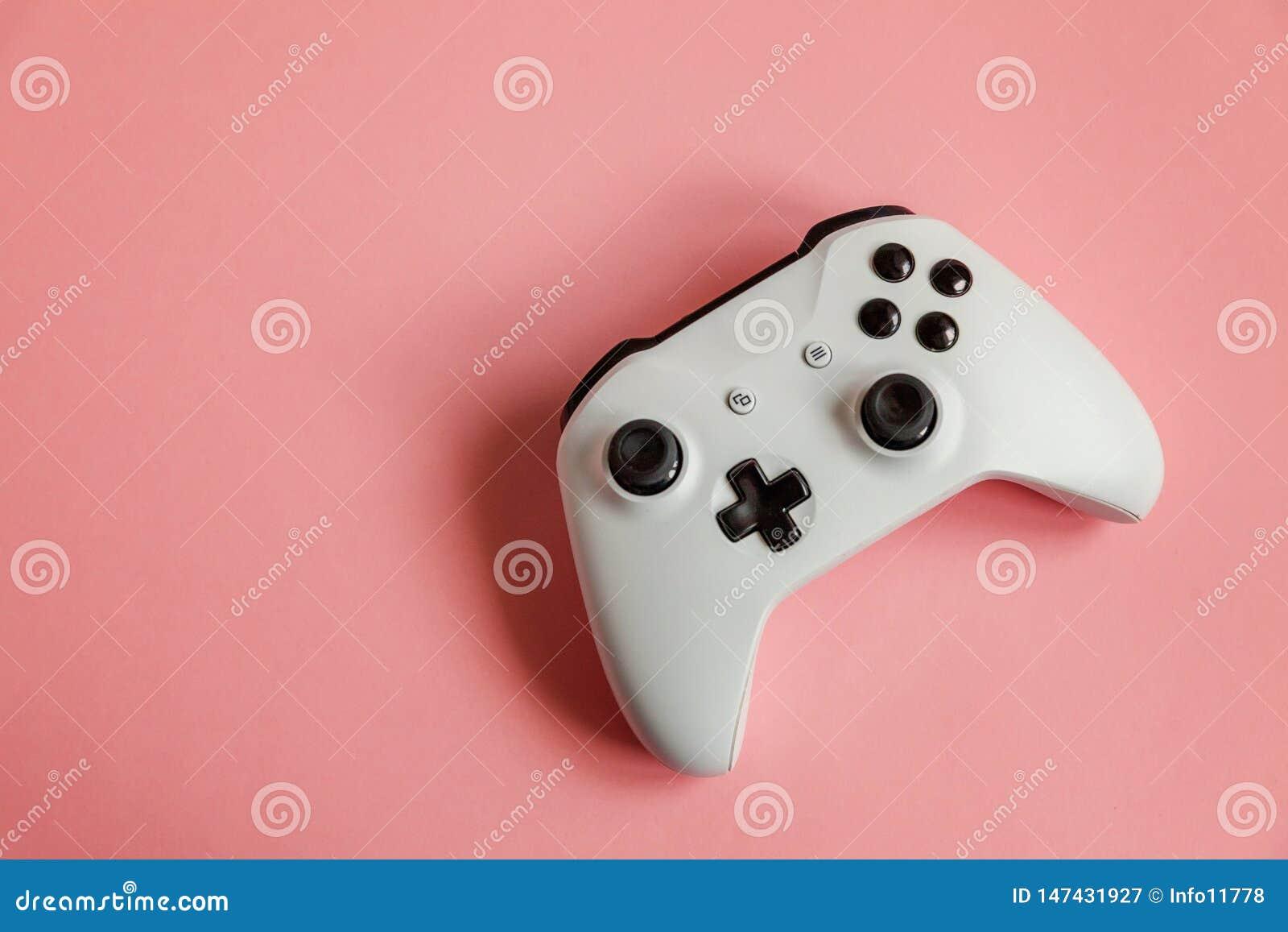 Manche branco no fundo cor-de-rosa Conceito da confronta??o do controle do videogame da competi??o do jogo do computador